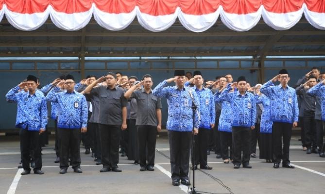 Peserta upacara HUT Kemerdekaan RI ke-69 di lingkungan Setjen Bawaslu.