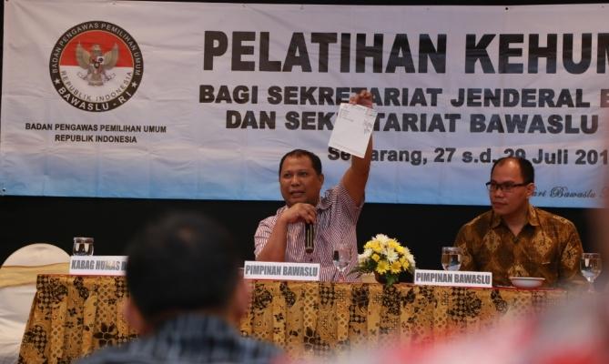 Pimpinan Bawaslu RI, Nasrullah selaku koordinator Divisi Humas dan Sosialisasi memberikan masukan dan harapan kepada peserta Pelatihan Kehumasan.