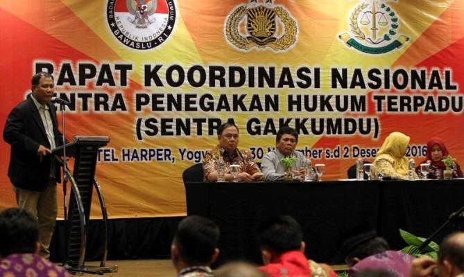 Pimpinan Bawaslu RI Nasrullah membuka kegiatan Rakornas Penanganan Pelanggaran Pilkada Tahun 2017 di Yogyakarta, Sabtu (30 November s/d 2 desember 2016)