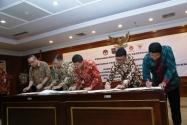 Ketua Bawaslu Muhammad (kanan), Menteri Dalam Negeri Tjahjo Kumolo (kedua dari kanan), Menteri PAN RB Yuddy Chrisnandi (tengah), Ketua KASN Sofian Effendi (kedua dari kiri), Kepala BKN Bima Haria Wibisana (kiri) menandatangani nota kesepahaman tentang Netralitas Aparatur Sipil Negara (ASN) Pilkada 2015, di Jakarta, Jumat (2/10). Nota kesepahaman ini menjanjikan sanksi yang tegas kepada ASN yang terbukti tidak netral dan melanggar aturan tentang Disiplin ASN.