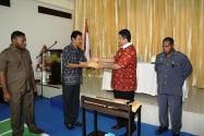 Ketua Bawaslu Muhammad menyerahkan naskah soal seleksi Panwaslu Pilkada kepada Ketua Bawaslu Provinsi Papua, Alfredo Ngamelubun, Senin (15/12).