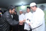Ketua Bawaslu RI Prof. Dr. Muhammad menerima Buku Husni Kamil Manik (HKM) Kesaksian Para Saksi.