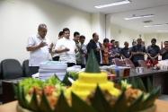 Pimpinan dan Para Pegawai Sedang Berdoa Sebelum Acara Pemotongan Nasi Tumpeng Pada Ulang Tahun Gunawan Suswantoro yang Ke-49.