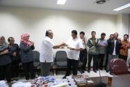 Gunawan Suswantoro, Sekretaris Jenderal Bawaslu RI Menyerahkan Potongan Nasi Tumpeng Kepada Ketua Bawaslu, Muhammad pada Perayaan Ulang Tahunnya yang Ke-49