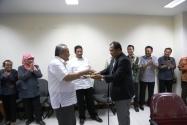 Gunawan Suswantoro, Sekretaris Jenderal Bawaslu RI Menyerahkan Potongan Nasi Tumpeng Kepada Anggota Bawaslu, Nasrullah pada Perayaan Ulang Tahunnya yang Ke-49