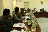 Ketua Bawaslu Prof. Muhammad dan beberapa Menteri Kabinet menyimak arahan dari Presiden RI Joko Widodo di Ruang Rapat Presiden membahas RUU Penyelenggaraan Pemilu, Selasa, (13/09).