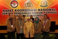 Pemakaian jaket Sentra Gakkumdu kepada perwakilan peserta Rakornas Sentra Gakkumdu. Bawaslu berharap agar Sentra Gakumdu  jadi garda terdepan dalam penanganan hukum Pilkada