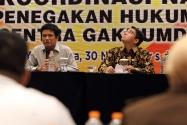 Anggota Komisi II DPR RI Arteria Dahlan (kiri) saat memberikan materi terkait regulasi Pilkada dalam Rakornas Penanganan Pelanggaran Pilkada Tahun 2017 di Yogyakarta, Sabtu (30 November s/d 2 desember 2016)