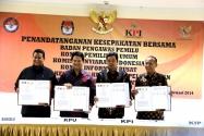 Para Pimpinan Instansi Terkait Menampakkan Naskah Kesepakatan Bersama yang Sudah ditandatangani