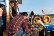 Pimpinan Bawaslu RI Nasrullah dan Endang Wihdatiningtyas tiba di pelabuhan laut Pulau Nunukan untuk melakukan pengawasan Pilpres di daerah perbatasan, Jumat (27/6) sekitar pukul  16.40 wit. Perjalanan dilakukan dari pelabuhan laut Tarakan selama sekitar 3 (tiga) jam dengan menggunakan speed boat berkapasitas 20 orang . Nampak Pimpinan Bawaslu RI Endang W dibantu Pimpinan Bawaslu Kaltim Saiful B dan Ketua Panwaslu Nunukan Abdul Kadir untuk turun dari speed boat.