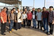 Dua tim pengawasan Pilpres di daerah perbatasan yang masing-masing dipimpin Pimpinan Bawaslu RI Nasrullah dan Endang Wihdatiningtyas berfoto bersama di pelabuhan laut Nunukan, Jumat (27/6) sekitar pukul 17.00 wit. Tim supervisi dari Jakarta yang masing-masing terdiri dari 5 orang berasal dari Bawaslu RI, Ditjen Imigrasi dan Kemenlu didampingi pengawas pemilu setempat.