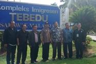 Dari kiri – kanan : Hilton, Panwas Kab. Sanggau, Aan Djaman dari Inspektorat Kemenlu, Kasek Bawaslu Kalbar, Ketua Bawaslu, Halim Marpul dari Ditjen Keimigrasian Kemenkumham, Panwas LN Kuching, Siman Jaya.