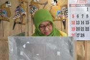 Pimpinan Bawaslu Endang Wihdatiningtyas menggunakan hak suaranya pada Pemilihan Walikota Yogyakarta 2017.