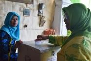 Pimpinan Bawaslu Endang Wihdatiningtyas memasukkan surat suara ke kotak suara.