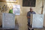 Pimpinan Bawaslu Endang Wihdatiningtyas bersama suaminya menggunakan hak suaranya pada Pemilihan Walikota Yogyakarta, Rabu, 15 Februari 2017