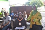 Pimpinan Bawaslu Endang Wihdatiningtyas berfoto bersama dengan Pengawas TPS dan para saksi di TPS 09 Pakualaman, Yogyakarta