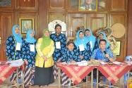 Pimpinan Bawaslu Endang Wihdatiningtyas berfoto bersama dengan Petugas KPPS di TPS 09 Kelurahan Gunungketur, Pakualaman, Yogyakarta