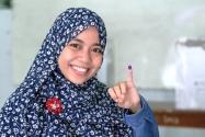 Pemilih yang telah menggunakan hak pilihnya memperlihatkan tanda tinta pada jari tangan sebagai tanda telah menggunaka hak pilihnya.