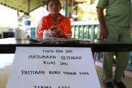 Pemberitahuan dari KPPS terkait tata cara untuk mencelupkan jari ke tinta, dalam Pemilu Presiden dan Wakil Presiden Tahun 2014, di Sulawesi Utara, (9/7).