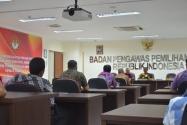 Sekjen Bawaslu RI Gunawan Suswantoro bersama Ketua Pansel Profesor Saldi Isra memberikan penjelasan terkait tes tertulis